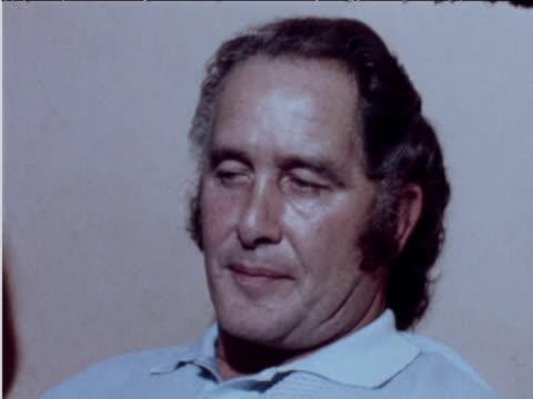 vídeos de stock, filmes e b-roll de train robber ronnie biggs comments on wanting to contact scotland yard june 1974 - entrevista formato bruto