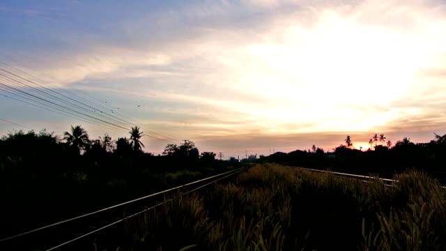 Bei Dämmerung, Sonnenaufgang oder morgen städtische Szene laufen trainieren
