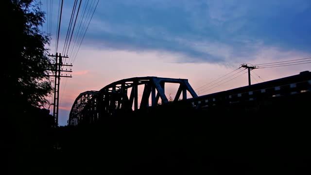 bei dämmerung, sonnenaufgang oder morgen städtische szene laufen trainieren - lokomotive stock-videos und b-roll-filmmaterial