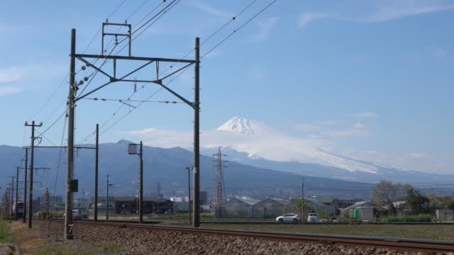 vídeos y material grabado en eventos de stock de tren corriendo con el monte fuji de fondo en la ciudad de mishima. el sistema de trenes es el transporte más eficaz de japón, con más de 10 millones de personas que usan - transporte ferroviario