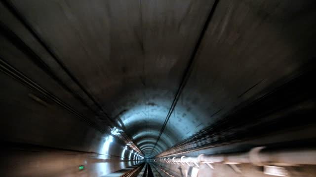 vidéos et rushes de train commençant à conduire par le tunnel - tunnel