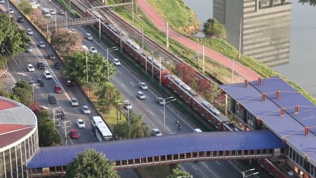 vídeos de stock, filmes e b-roll de train station and bus terminal at marginal pinheiros - transporte público