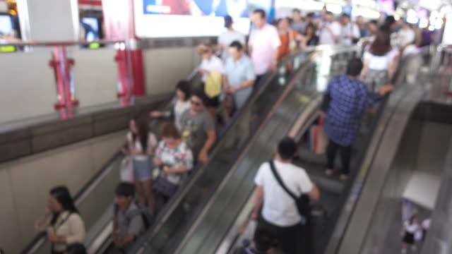 鉄道駅のエスカレーター - エスカレーター点の映像素材/bロール