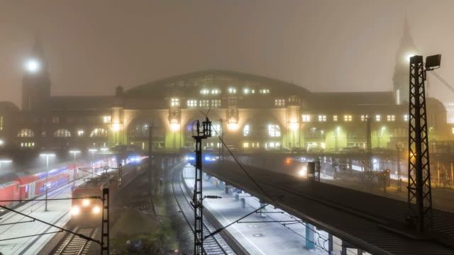vídeos y material grabado en eventos de stock de estación de tren de hamburgo, timelapse - estación de tren