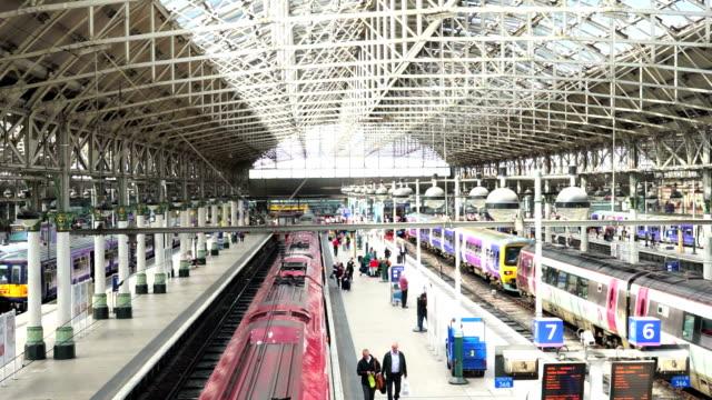 vídeos de stock, filmes e b-roll de estação de trem em manchester, inglaterra, reino unido - norte