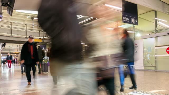 vídeos de stock, filmes e b-roll de marselha, frança a estação de trem. - aix en provence