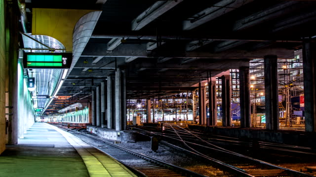 stockvideo's en b-roll-footage met train station time lapse - locomotief