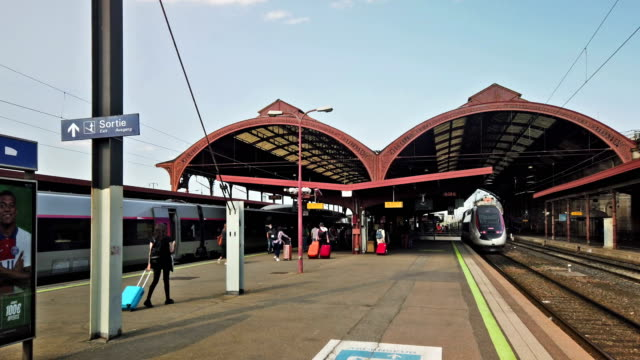 vídeos y material grabado en eventos de stock de train station - sala de prensa