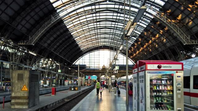 train station - bahnreisender stock-videos und b-roll-filmmaterial