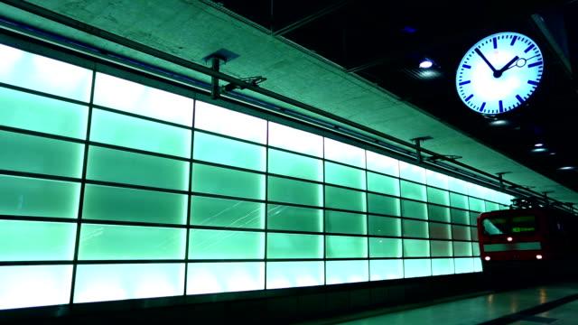bahnhof mit uhr - bahnhof stock-videos und b-roll-filmmaterial
