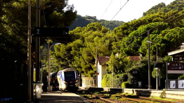 vidéos et rushes de train à travers eze, france - voie ferrée