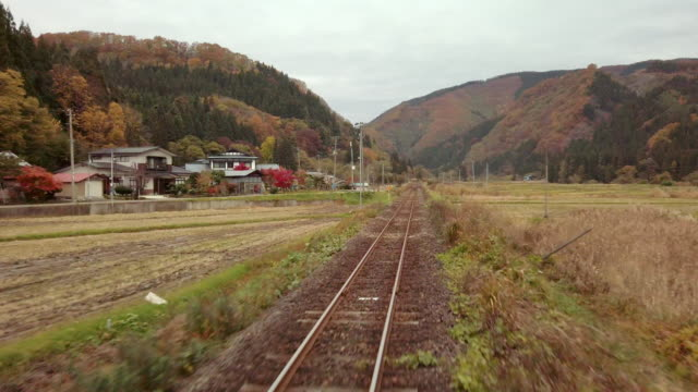 ws train pov town and mountains seen through train window in autumn, semboku, akita prefecture, - 秋田県点の映像素材/bロール