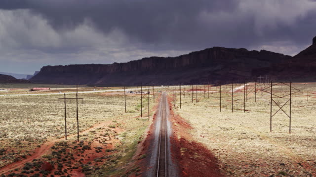 Trein Tracks en VS-191 overschrijding van prachtige landschap van Utah in de buurt van Moab - Drone Shot