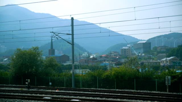 Trein reizen Zuid-Korea, weergave venster trein, het landschap overlopen. Het prachtige uitzicht verbaasd en geïnteresseerd in nieuwe plaatsen en de avonturen die op die reis wachten. Concept van vervoer, communicatie, reizen.