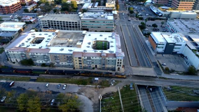 train traveling through downtown austin , texas, usa a railroad transportation in the capital city - vagone video stock e b–roll