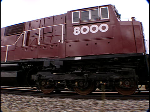 stockvideo's en b-roll-footage met ts, ms, train traveling through flat plains, pueblo, colorado, usa, - locomotief