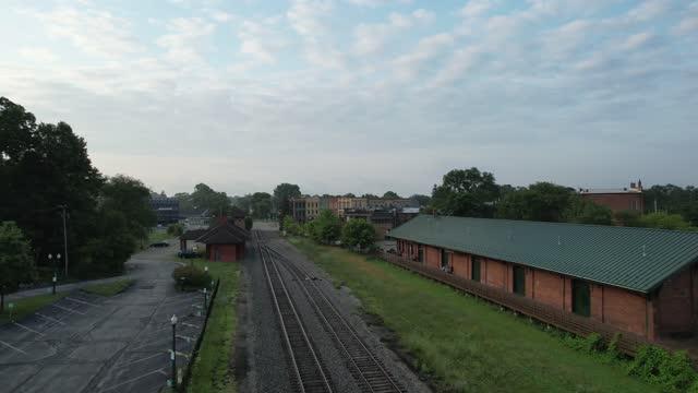 vidéos et rushes de train voyageant à ann arbor via ypsilanti, michigan 4k vidéo - ypsilanti