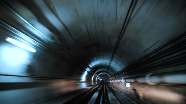 vidéos et rushes de train voyageant à travers le tunnel - tunnel