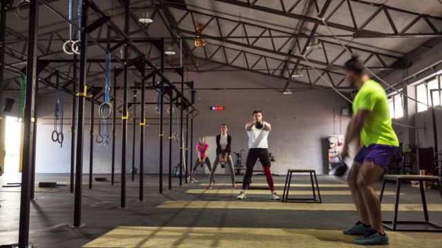 stockvideo's en b-roll-footage met ws trainer with class doing workout in gym - totaal