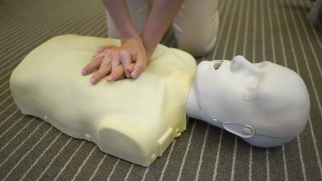 cpr-kurs - herz lungen training stock-videos und b-roll-filmmaterial