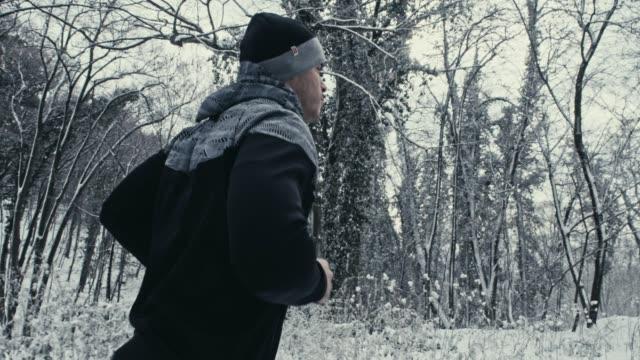 vídeos de stock e filmes b-roll de training in nature - overcast