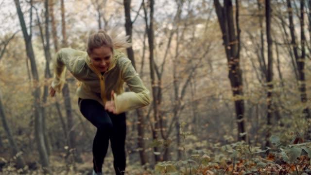 stockvideo's en b-roll-footage met training in het bos. herfst landschap - extreme sporten