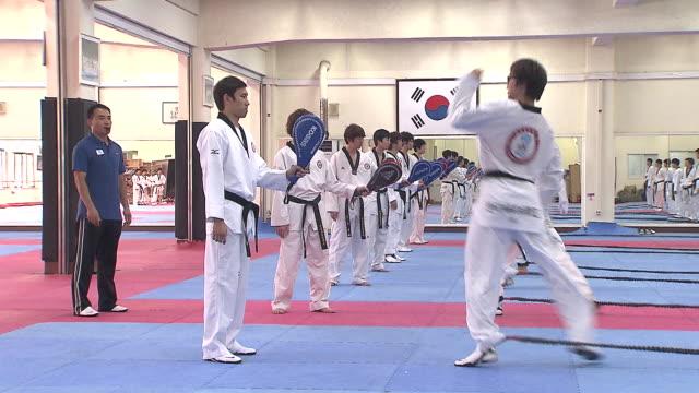 vídeos de stock, filmes e b-roll de ms training of taekwondo at taekwondo studio / seoul, south korea - karate