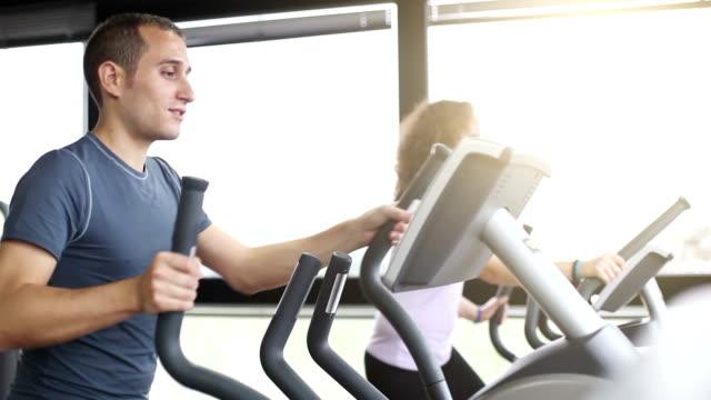 トレーニングの有酸素運動マシン - 体育館点の映像素材/bロール