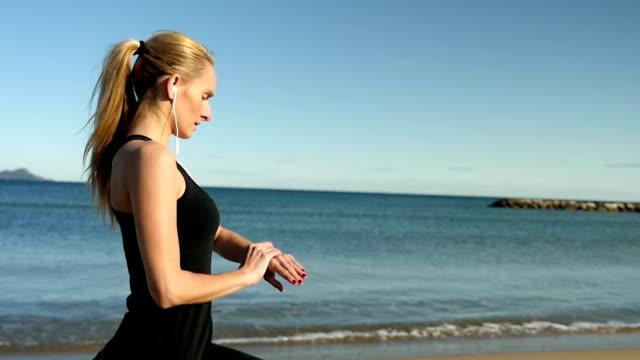 トレーニングの理想的的なビーチ - 横顔点の映像素材/bロール