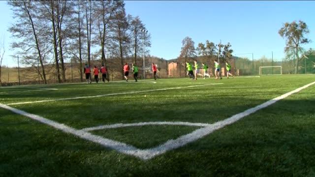 vidéos et rushes de training on pitch - concurrent
