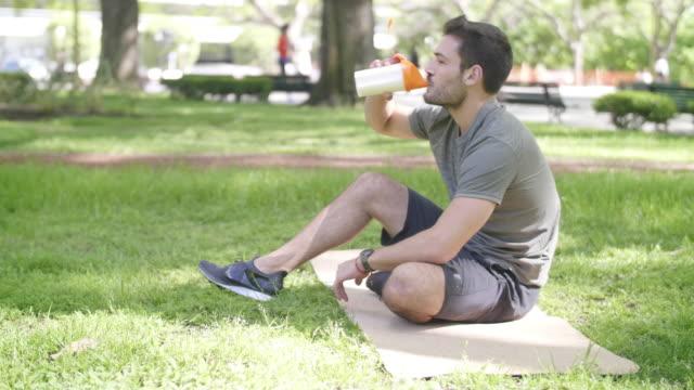vídeos de stock, filmes e b-roll de treinamento ao ar livre em buenos aires - sacudindo