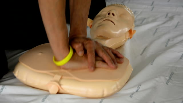 cpr-training - herz lungen training stock-videos und b-roll-filmmaterial