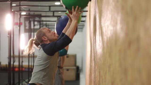 training mit medizinbällen - spielball stock-videos und b-roll-filmmaterial