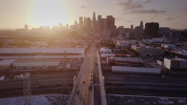 vídeos de stock e filmes b-roll de trains and vehicles heading into dtla - aerial shot - marca de estrada