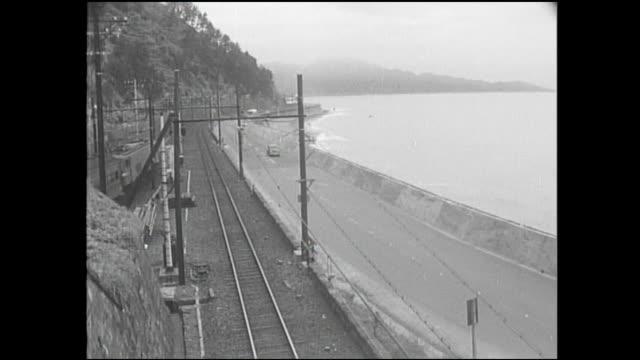 trains and vehicles move along the coastline of suruga bay in japan. - 列車の車両点の映像素材/bロール