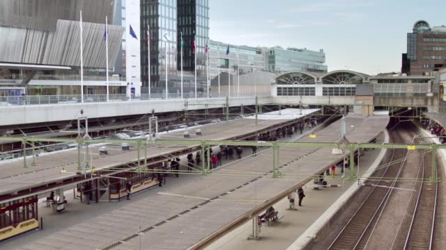 ws zo t/l trains arriving and leaving on stockholm central station / stockholm, stockholm, sweden - bahnreisender stock-videos und b-roll-filmmaterial