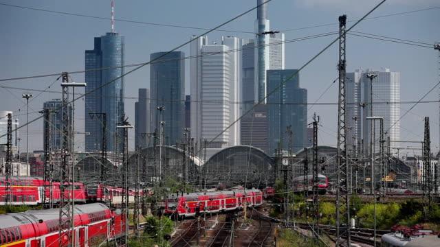 ws trains at central station with frankfurt skyline in background / hessen, germany - verkehrsweg stock-videos und b-roll-filmmaterial