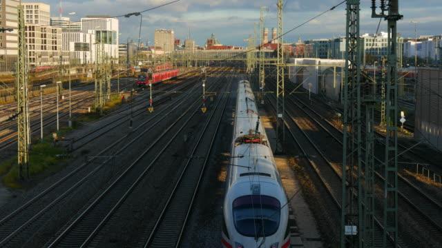 trains at munich central station, munich, bavaria, germany - bahnhof stock-videos und b-roll-filmmaterial