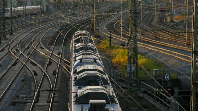 trains at munich central station, munich, bavaria, germany - 操車場点の映像素材/bロール