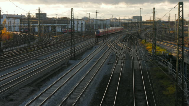 trains at munich central station, munich, bavaria, germany - trasporto ferroviario video stock e b–roll