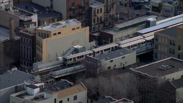 vídeos de stock, filmes e b-roll de trains move on the 'l' in the city of chicago. - chicago 'l'