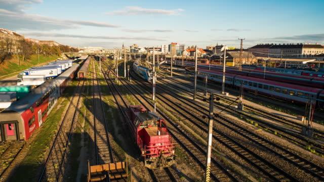 T/L-Züge bewegen sich an Bahnhof in Wien