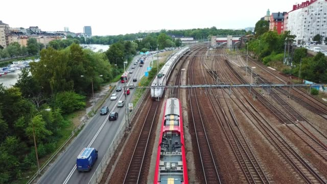 eisenbahn in der stadt, stockholm, schweden - aussteigen stock-videos und b-roll-filmmaterial