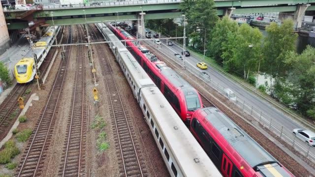 vidéos et rushes de trains se déplaçant dans la ville, stockholm, suède - suède