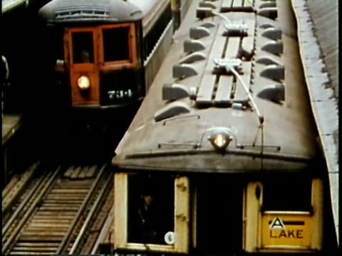1963 montage ws l trains moving off from downtown chicago loop station / chicago, united states / audio - 通勤電車点の映像素材/bロール