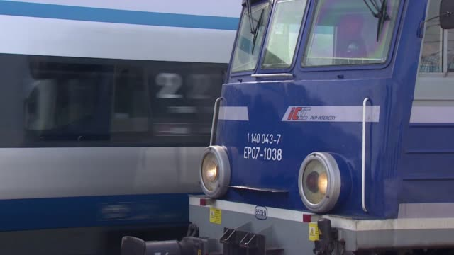 trains - hinweisschild stock-videos und b-roll-filmmaterial