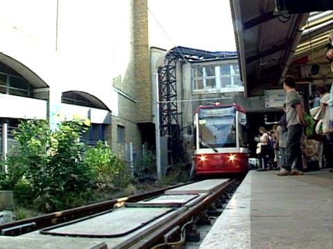 vídeos y material grabado en eventos de stock de tram arrives a station, croydon; 2000 - tranvía
