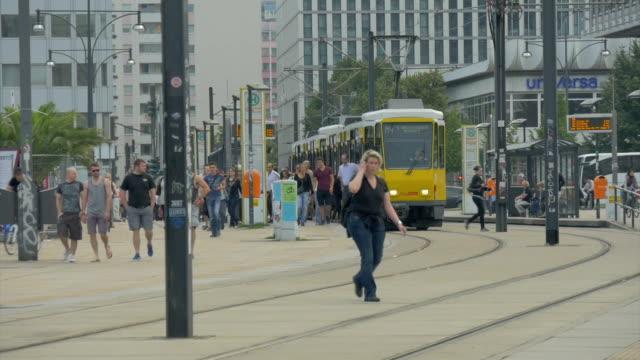 vidéos et rushes de tram at alexanderplatz,ms - ligne de tramway