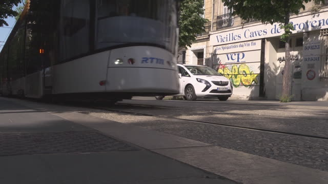 vidéos et rushes de tram driving at the boulevard longchamp in marseille - tramway