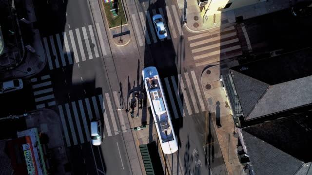 vídeos y material grabado en eventos de stock de tranvía conduciendo por north rampart street en nueva orleans, luisiana, por la noche. el vídeo aéreo del dron con el movimiento de la cámara hacia adelante e inclinado hacia abajo, siguiendo el tranvía, terminó como estático. - tranvía